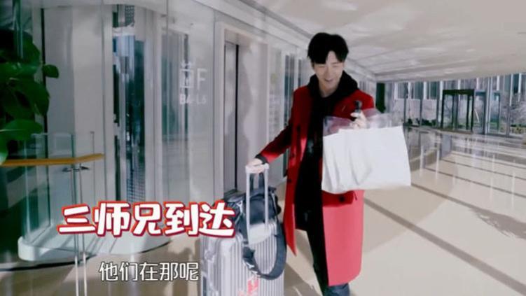 看到手上拎的东西, 大张伟: 多有心机 刘宇宁作为晚辈录节目迟到,