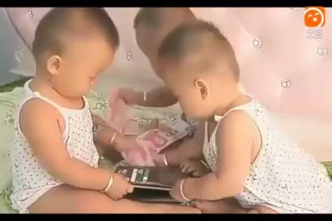 三胞胎宝宝偷偷打开爸爸的钱包, 接下来的一幕逗坏了妈妈