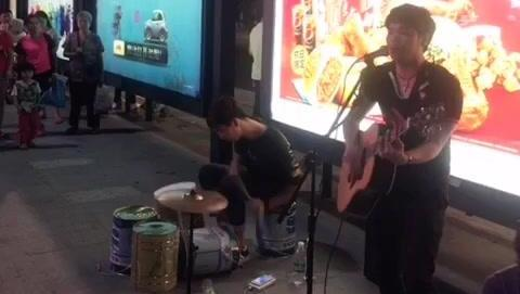 街头歌手演唱黄家驹的《光辉岁月》现场人气就像开演唱会一样