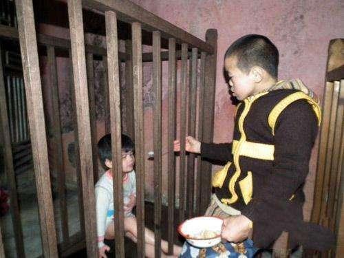紫峰寺收养上百名残疾孤儿, 残疾孤儿都被关进笼