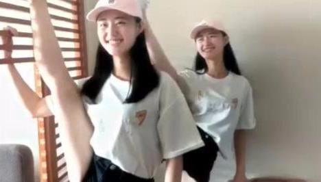 这俩双胞胎小姑娘真得瑟,身体韧性好一言不合就开一字马!