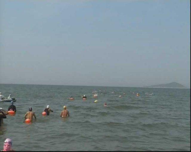 烟台: 近 80 位游泳健将渡海登陆芙蓉岛