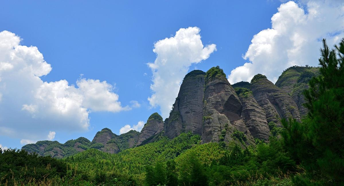 小武当山风景区,九十九座奇峰平地突兀而起,绵十数公里,犹如一幅美妙