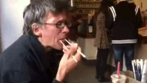 老外吃了一口中国美食,看他的表情就知道被征服了,幸福的像一只猫!