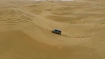 沙漠惊现面包车,跑起来如行云流水