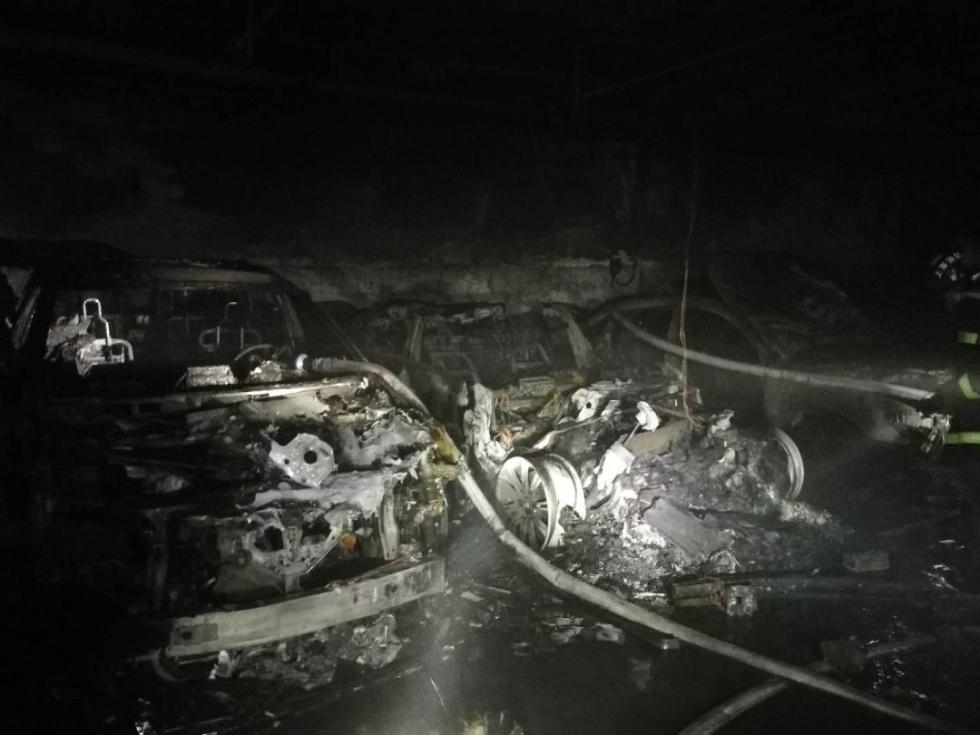 轰! 上海一特斯拉自燃烧到只剩框架! 附近车辆倒霉, 居民紧急疏散…(图4)
