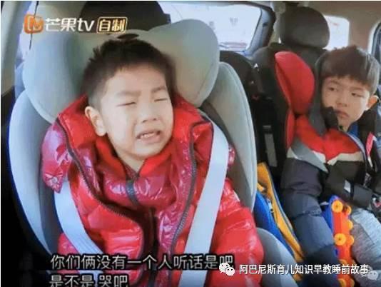 在带着小鱼儿出门的时候,弟弟因为没睡醒,一定要穿妈妈的鞋,还发着