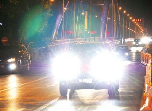 开夜车大灯不够亮? 对付远光灯不吃哑巴亏, 简单一招让它乖乖熄灯