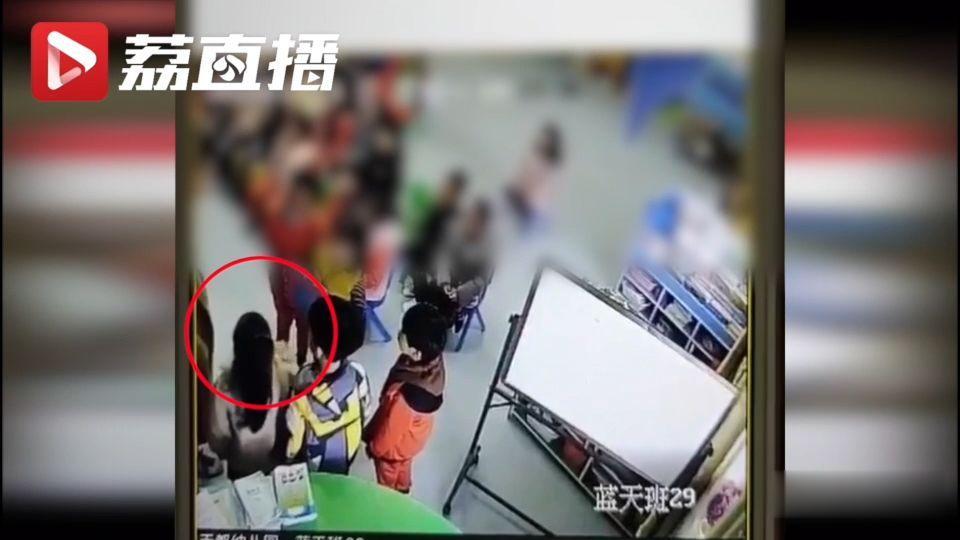 江苏淮安一幼儿园老师扇自己耳光,教体局责令辞退涉事教师