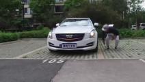 男子拿保时捷的钥匙去装B,被凯迪拉克的车主破口大骂