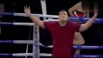 日本拳王得胜后太张狂,朝中国裁判吐口水,裁判将他和教练都KO了