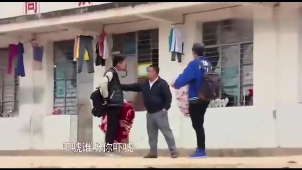 变形计: 两富二代带耳钉染发到农村学校被拦下,两人直接殴打老师!