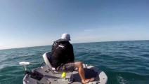 男子海上钓鱼,大鱼拖着小船跑了几千米,拉上来吓一跳