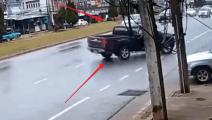 这辆皮卡里绝对是老司机,一个小动作避免了一场车祸的发生!