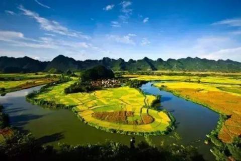著名的旅游景区,景点有水源洞,纳灵河谷,茶山金字塔,泗城文庙,金保