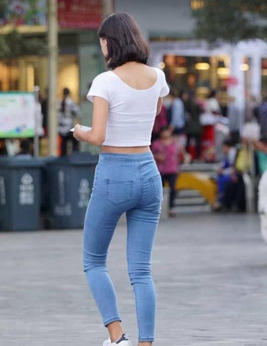 街拍: 穿紧身牛仔裤的小姐姐, 身材饱满, 气质清新