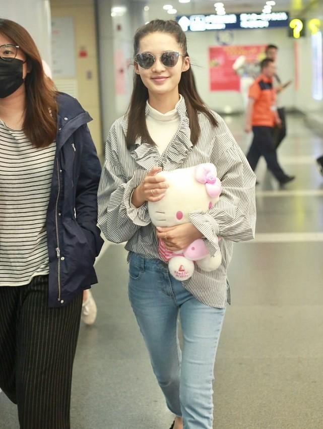 李沁长发墨镜现北京机场
