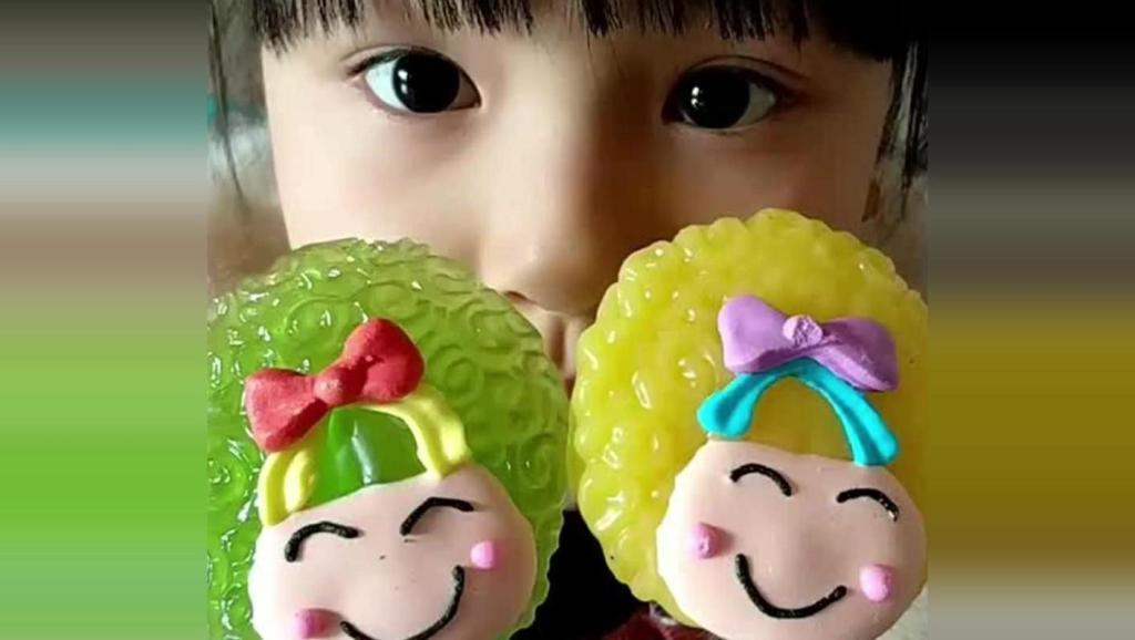 小萝莉吃菠萝味和青苹果味的娃娃棒棒糖,好可爱