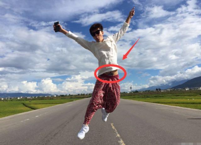 贾乃亮带全家去丽江游玩, 晒照片时, 却被网友发现了一个秘密!