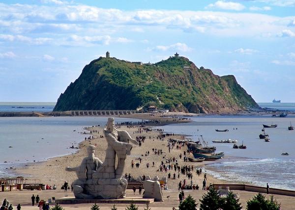 """笔架山风景区以笔架山岛和""""天桥""""为主要景点,大致分为岛上游览,海上"""