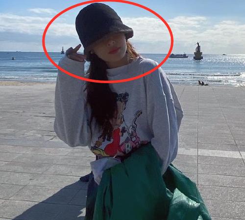 泫雅独自到海边玩耍, 拍照画风极其诡异, 网友: 抑郁症状太明显