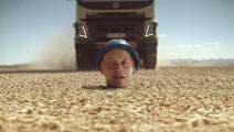 沃尔沃大卡有啥魔力让每个司机都着迷?看这车撵过人头顶就知道!