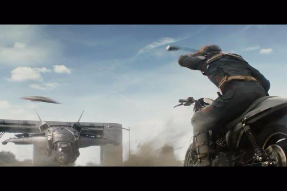 美国队长一个打十个、跳楼、摧毁战斗机......无所不能,简直帅爆了