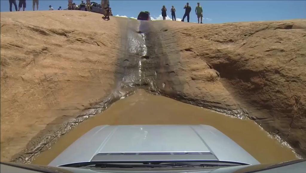 霸气路虎 开入深石坑 迅速爬起