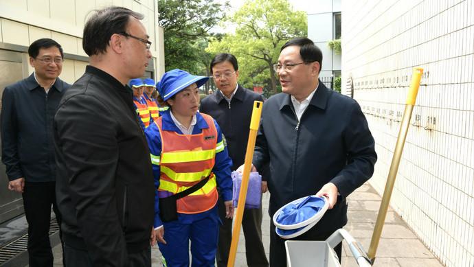 小长假第一天, 李强书记体验清扫车, 致敬劳动着的劳动者(图1)