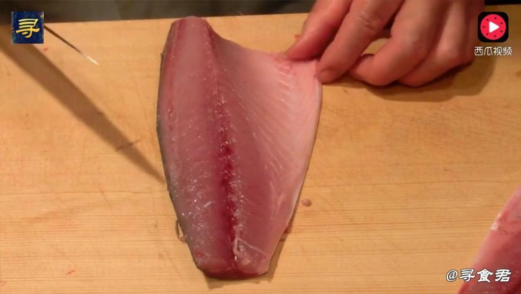 日本料理: 青花鱼烟熏料理细致讲究,厨师真的用心了,我都看醉了