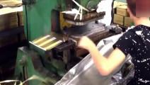 中国月饼盒制造厂实拍,铁皮是如何变成铁盒的,一天工资有200吗.