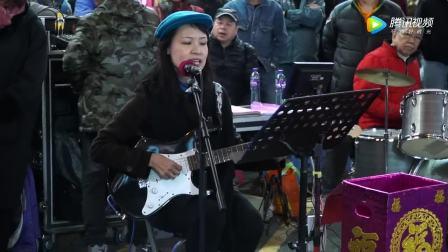 二胡独奏 打开 中年大妈街头吉他弹唱《橄榄树》空灵纯净的好嗓音,真