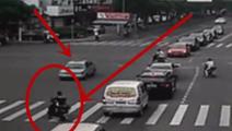 小车加速赶过了黄灯,结果遇到了鬼探头的电动车悲剧了