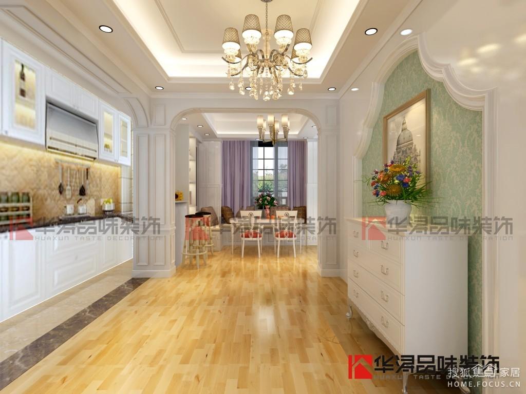 本案设计风格为古典欧式,挑高的客厅搭配温润石材线条罗马柱造型,既要