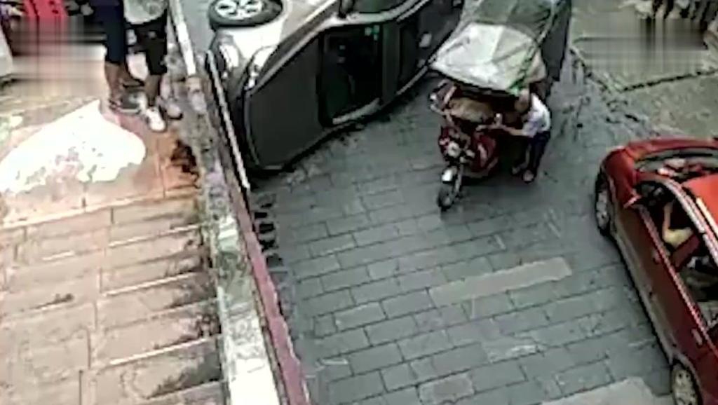 红衣美女开越野车侧翻,俩孩子从车内掉出来