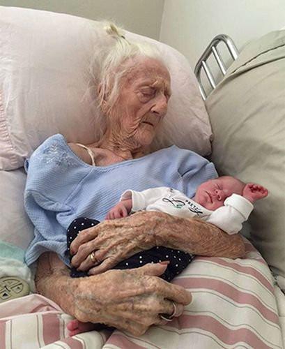 这些百岁老人和刚出生婴儿的合照, 生命的感动