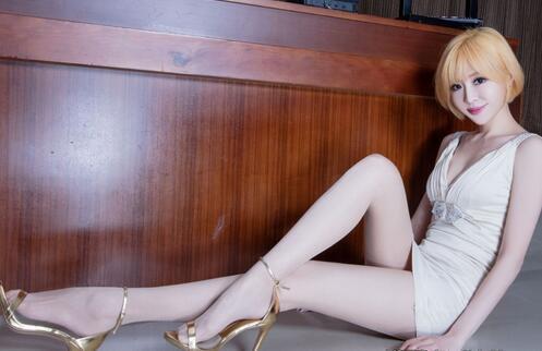 金发台湾美女, 白色蕾丝短裙勾勒美好身材, 丝袜高跟鞋衬托修长纤细美腿 5
