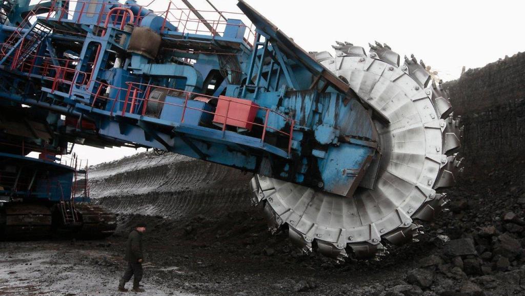 采矿巨型挖掘机,自带履带传输系统,挖掘的煤通过传送带直接运走