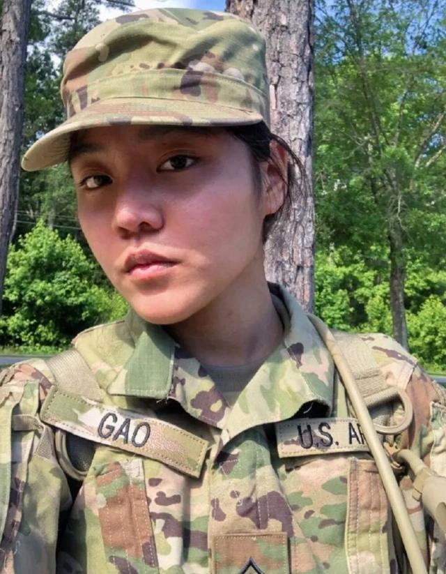 """苦等7年! 中国籍女兵如愿拿到绿卡, 当场激动表示""""我是美国人"""""""