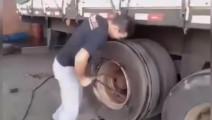 小伙超高技术1分钟换卡车轮胎