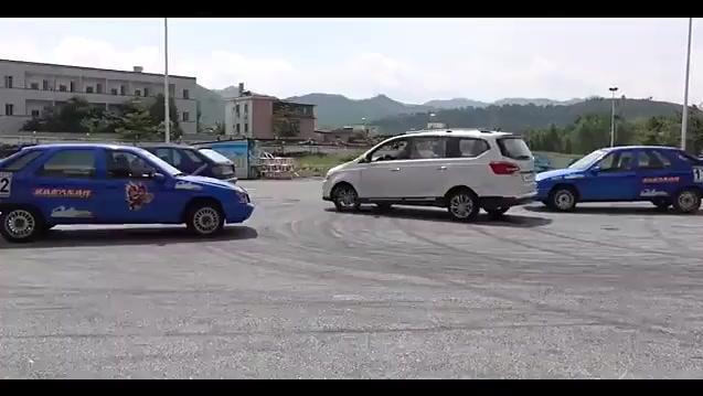 停车位被抢,愤怒女司机漂移入库