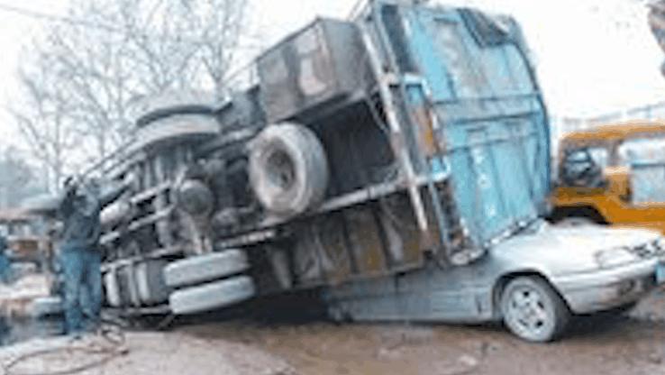 货车司机: 故意不踩刹车让违规小轿被撞!这已经行业潜规则了?