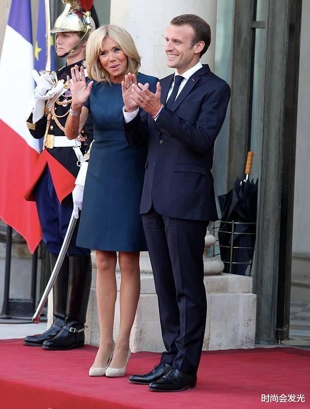 大25岁老婆布丽吉特一直被他宠爱,马克龙和斯洛伐克总统会面时,识趣地后退两步保持距离(图10)