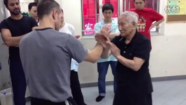 国外小伙来华讨教传统武术,被叶准师傅的咏春拳玩的晕乎乎。