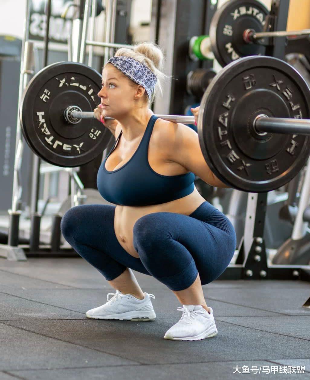 30岁健身女王身材高大壮实, 怀孕7个月还做举重深蹲训练!