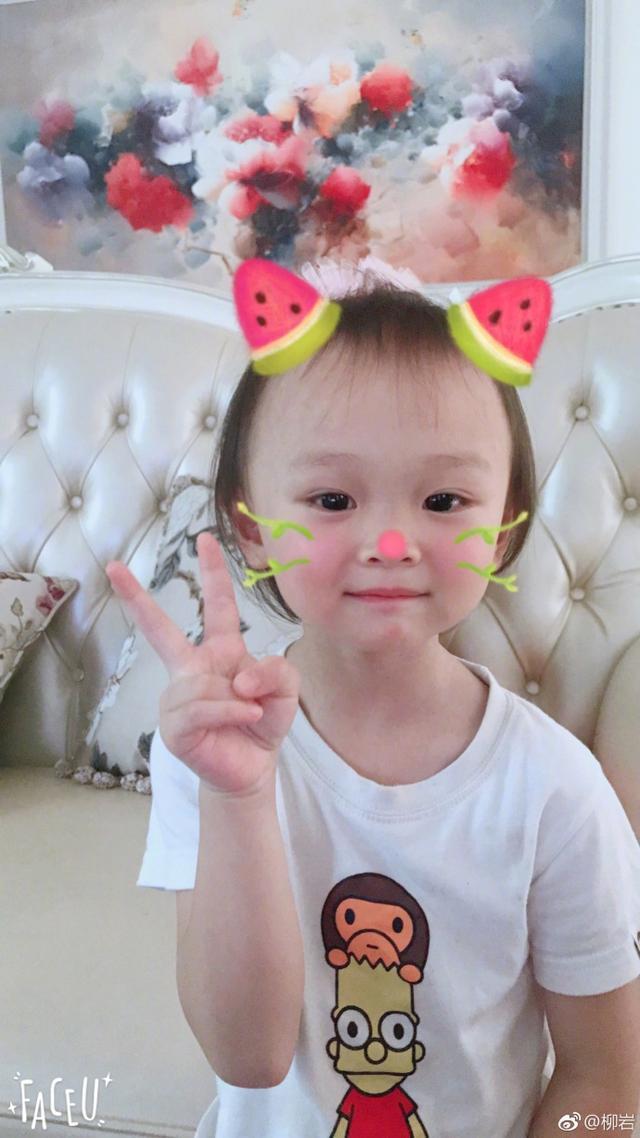 在微博中晒出自己小时候照片,十分调皮可爱