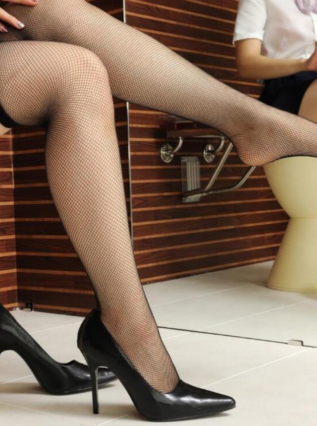 复古优雅黑色高跟鞋搭配丝袜,性感非常