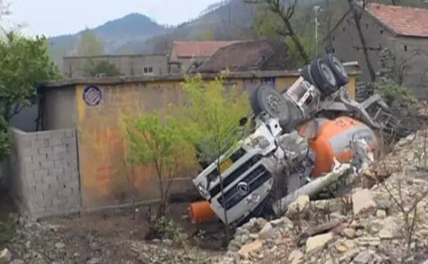 山东:40 吨卡车撞坏民房砸出俩窟窿 【社会新闻