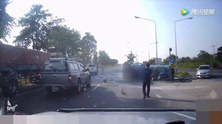 蓝色皮卡路口转弯, 结果被直行的白色轿车摧毁, 场面惨烈!