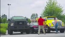 宝马7系停车场被福特皮卡夹住,10秒钟后才是宝马霸气的开始